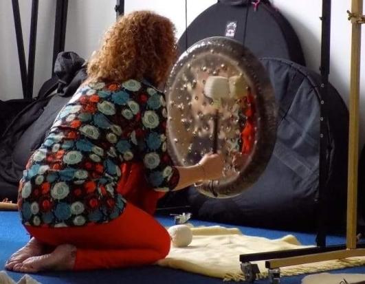 lara-kneeling-gong